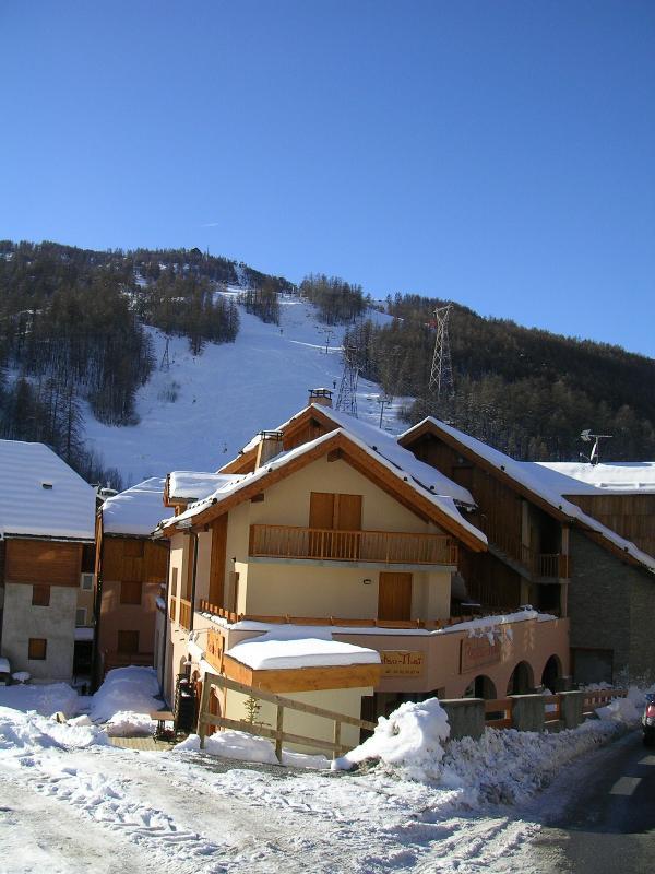 Vista exterior de la residencia y apartamento junto a Luc Alphand Ski Run