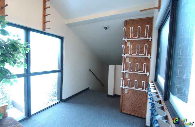 Porche de entrada privada #2 con estantes de tablero esquí & nieve, Banco & secadoras calentadores de arranque.