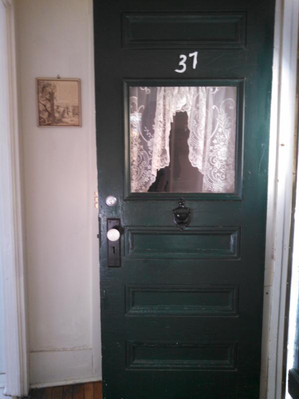 Una puerta de 94 año de edad le da la bienvenida a esta casita que es lo suficientemente grande.