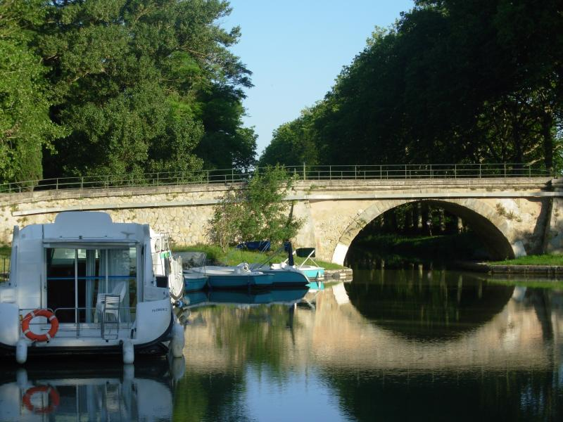 Houseboat on Canal du Midi without license from 2 pers to 12 pers 5 models week end cruises