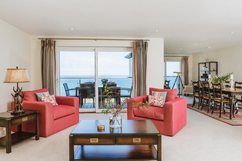Open woonkamer, eetkamer en keuken met een eigen balkon en een prachtig uitzicht op zee