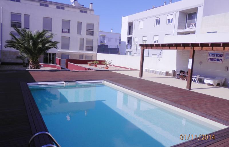 Zona comunitaria con piscina y muebles de jardín disponibles