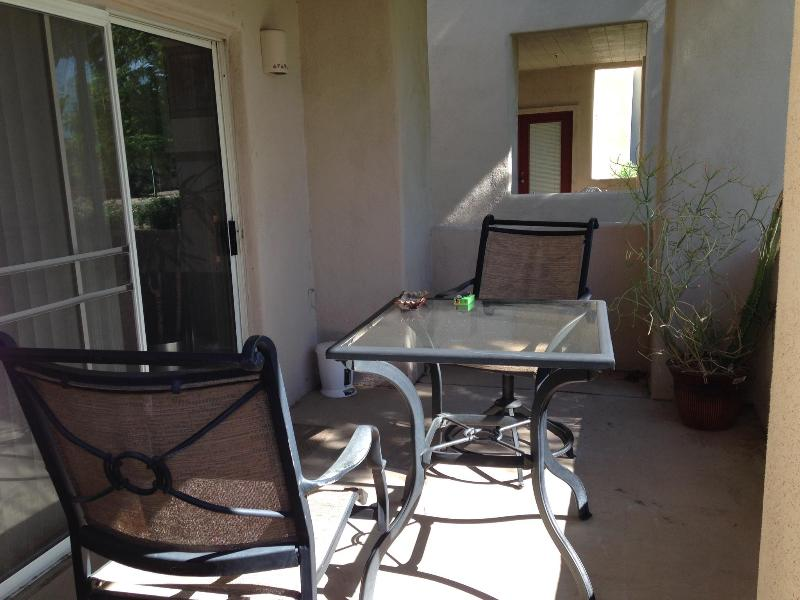 Patio avec table et deux chaises