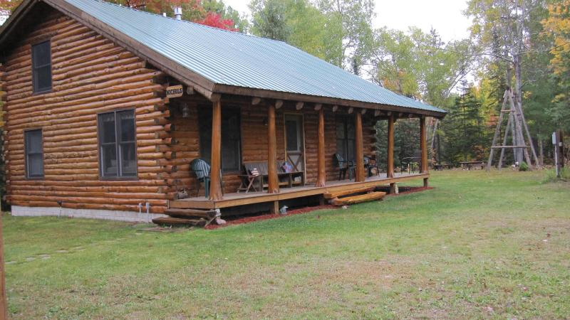 Time Out Log Home near Pictured Rocks! Sleeps up to 14!, alquiler de vacaciones en Munising