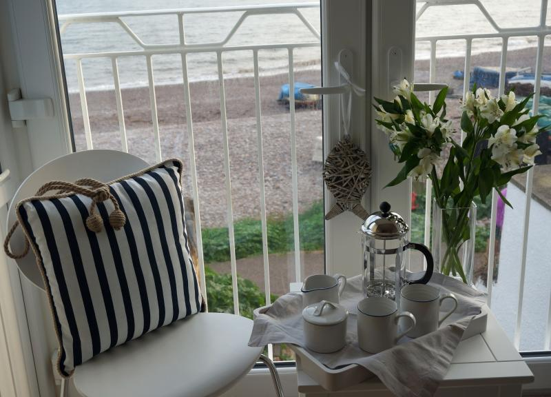 Relax in the lounge and gaze out to sea