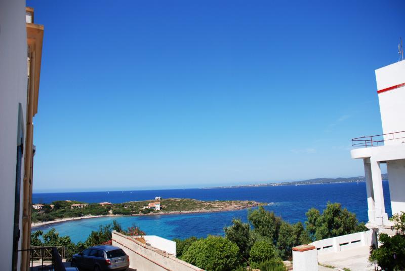 vista dalla camera da letto dal balconcino. Spiaggia Sotto Torre e Isola di San Pietro