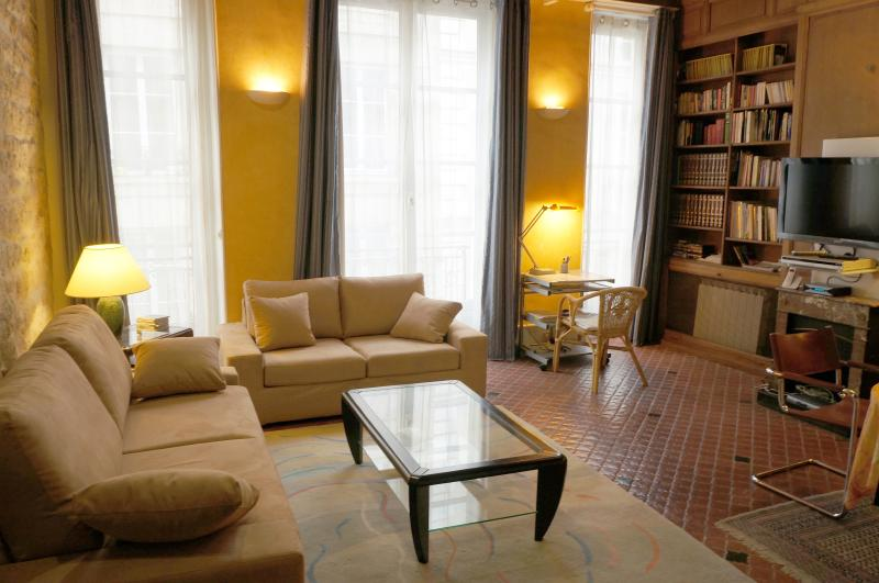 ILE SAINT-LOUIS + Airp pick-up service (on demand), holiday rental in Paris