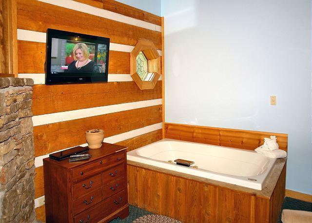 DREAM WEAVER #1527- Jacuzzi Tub & Flat Screen TV