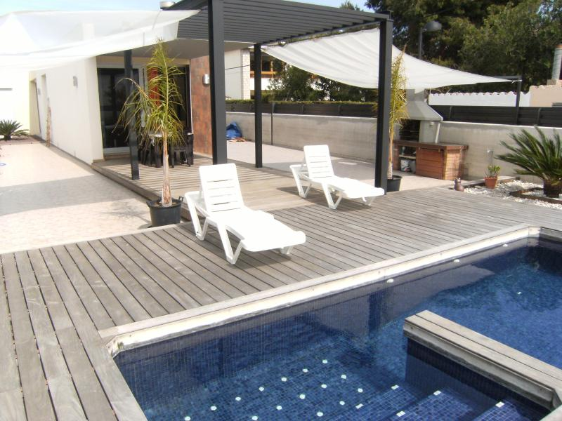 VILLA MAMPEL - BONITO CHALET CON PISCINA PRIVADA 300 M. PLAYA 6 PERSONAS, holiday rental in Vinaros
