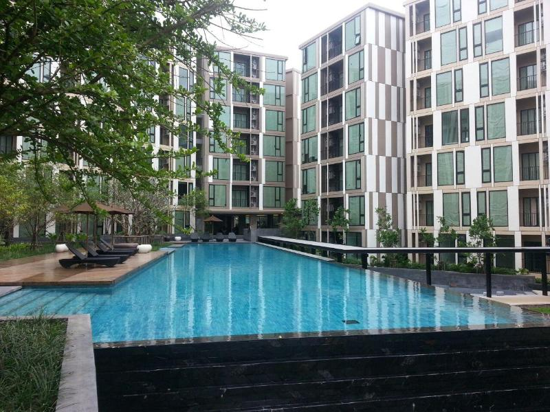 Base Uptown Condo (with free scooter), location de vacances à Ban Sam Kong