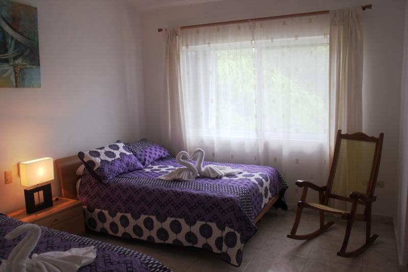2 dormitorios con dos camas matrimoniales y vistas a la piscina y refugio de aves