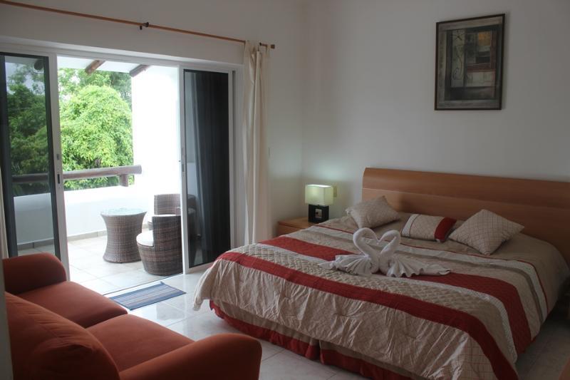 dormitorio principal con terraza aislada y vistas a árboles hacia el campo de golf.