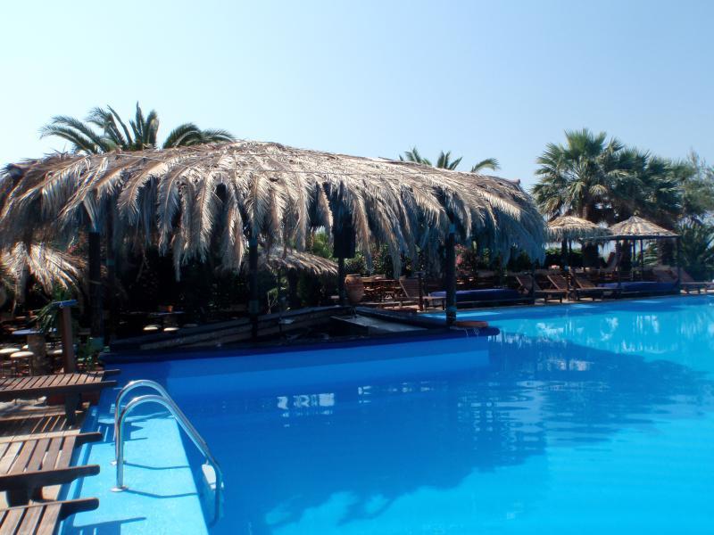 Gran piscina en Coco Club. A pocos minutos en coche por la carretera.