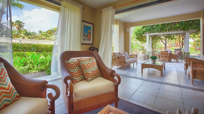 Vista da sala de estar com terraço