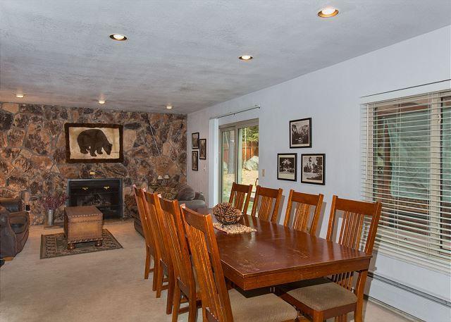 La salle à manger est parfait pour un repas de famille, et proche du jeu