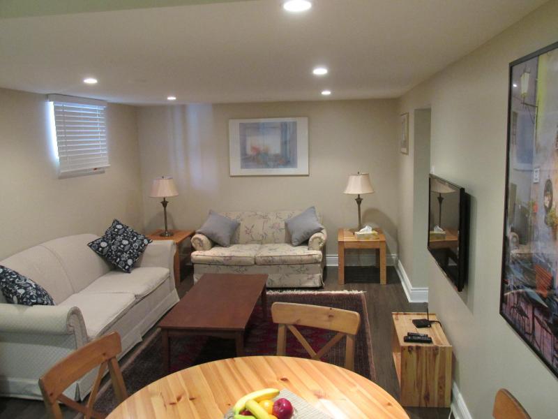 Salon / Salle à manger avec canapés, table à manger et des chaises, et HD LED TV