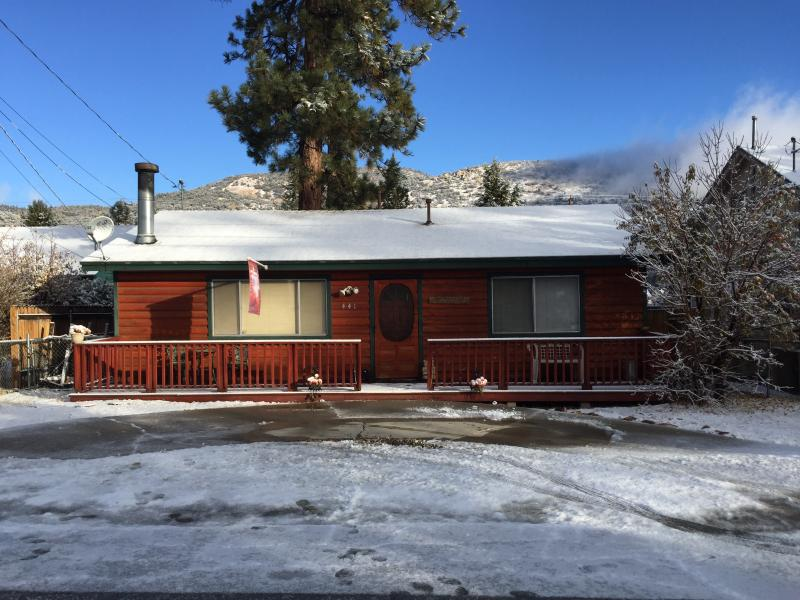 COZY BEAR MOUNTAIN CABIN GETAWAY!!! (SPA,SKI,LAKE), alquiler de vacaciones en Big Bear City