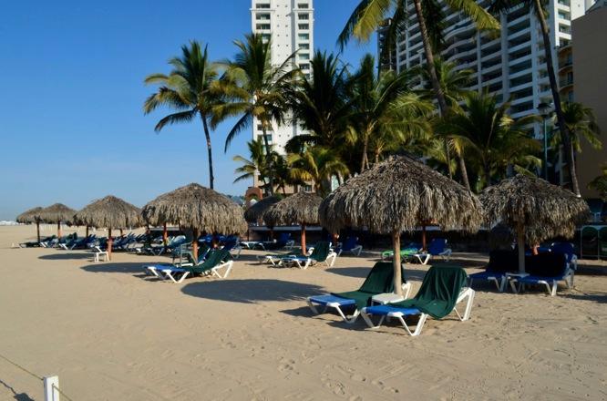 Palapas sur la plage pour l'ombre du soleil