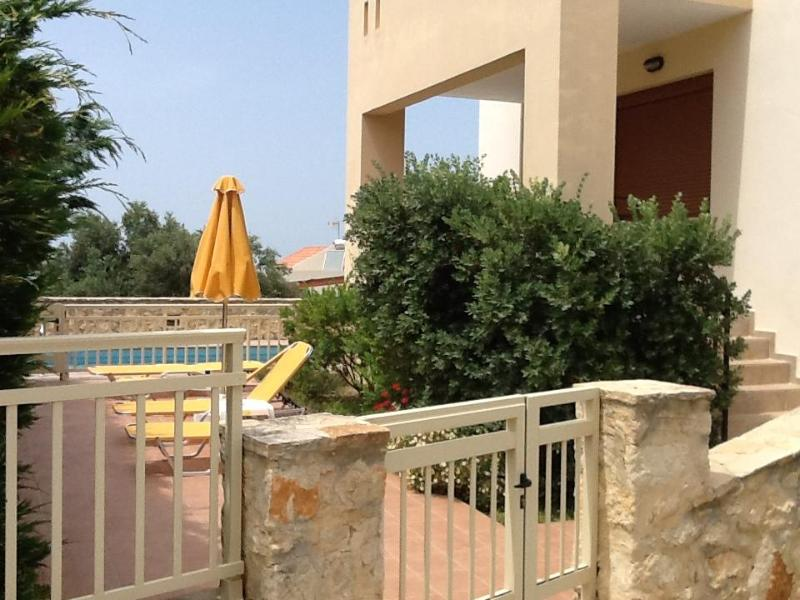 Helidonia Villas, KIMON: gated property with sea view, entrance