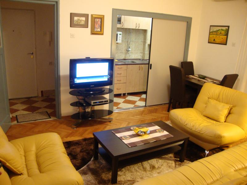 Spacious and cosy sitting room with dining area next to the kitchen
