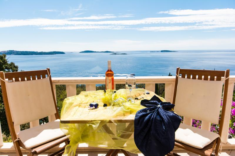 YELLOW APARTMENT WITH POOL , JACUZZI AND SEA VIEW, vacation rental in Dubrovnik