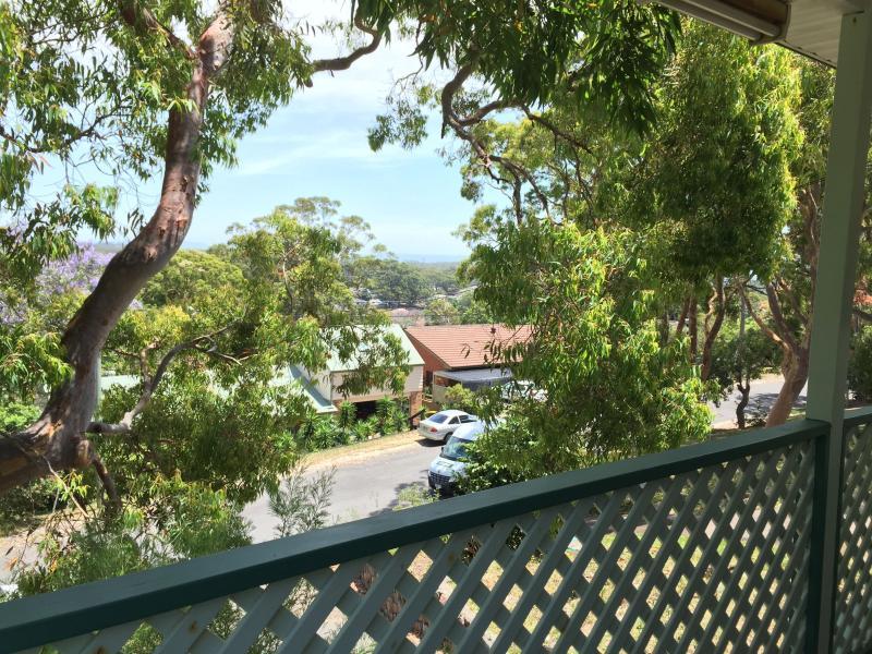 Uitzicht over de straat vanaf de voorste balkon.