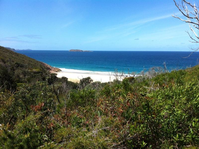La vue depuis le sommet de la piste jusqu'à la plage retirée de l'épave.