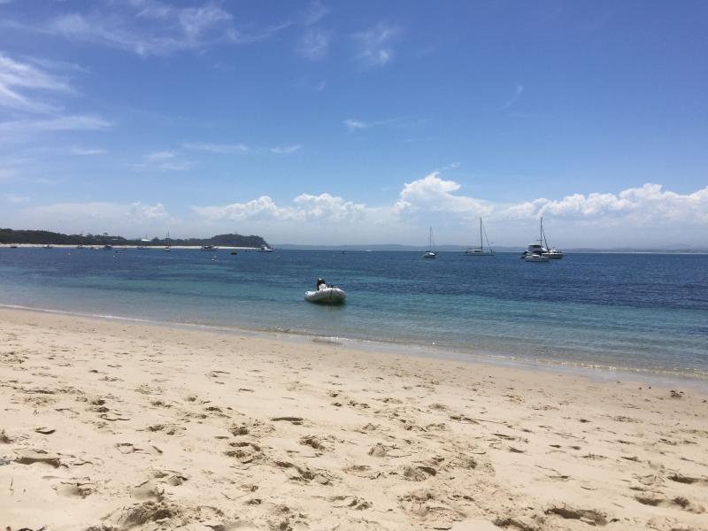 Familie vriendelijke Shoal Bay beach, 15 minuten lopen van het huis.