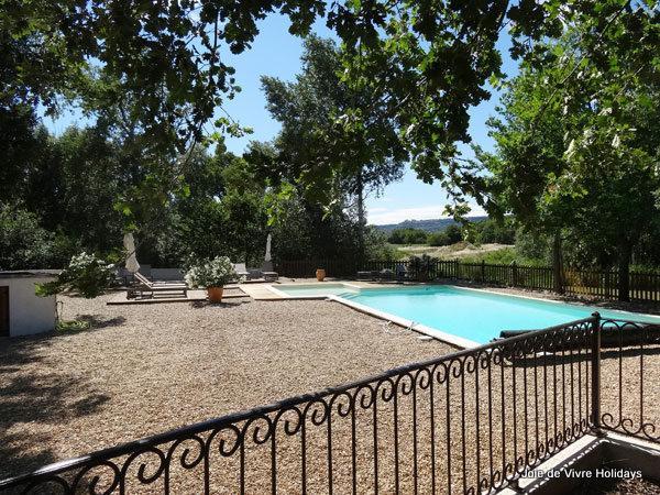 La piscina grande, cercada, compartida.
