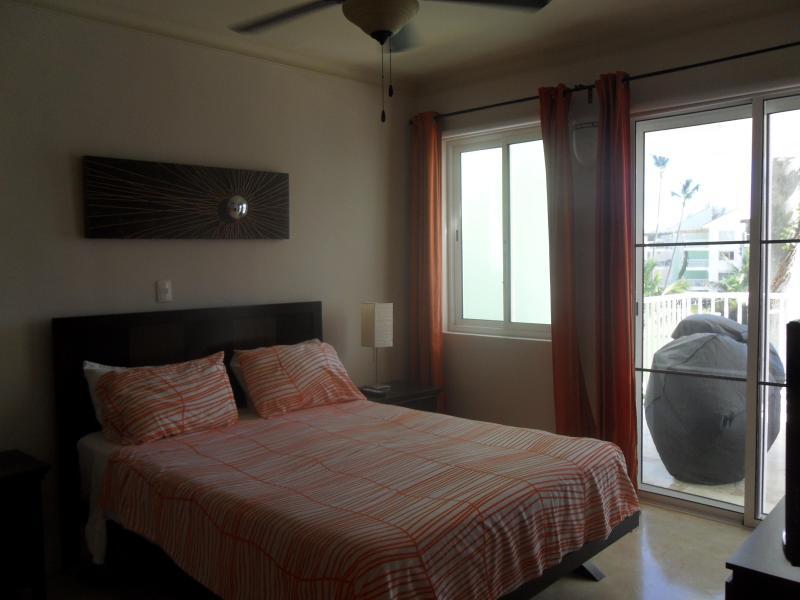 Dormitorio principal con TV también