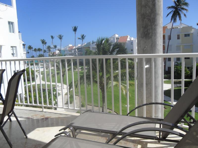 Loung en su terraza con vista al mar y la brisa