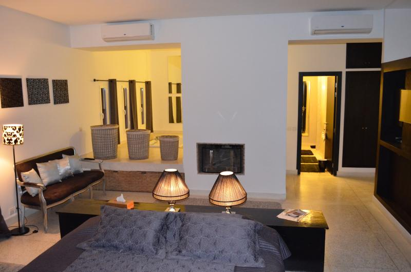 Large room of about 100m2, bath jacuzzi, shower, toilet, TV