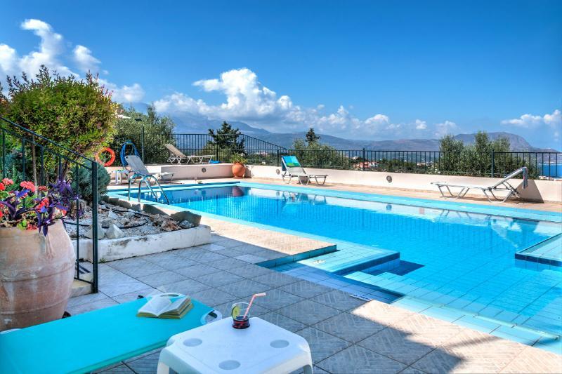 A luxurious villa with breathtaking views, casa vacanza a Drapanos