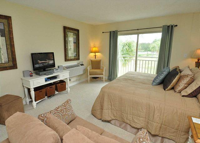 Sala de estar con TV de pantalla plana