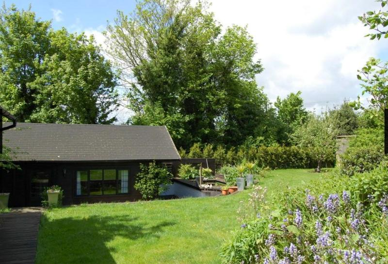 Luxury chalet in beautiful gardens, holiday rental in Ickenham