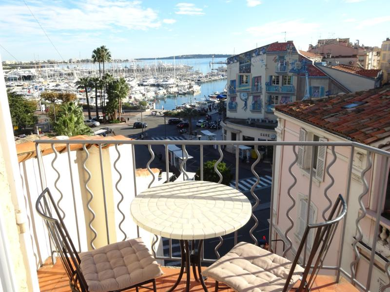Cannes Studio de Le Port with sea view balcony, 3 mins walk to the beaches, A/C, holiday rental in Cannes