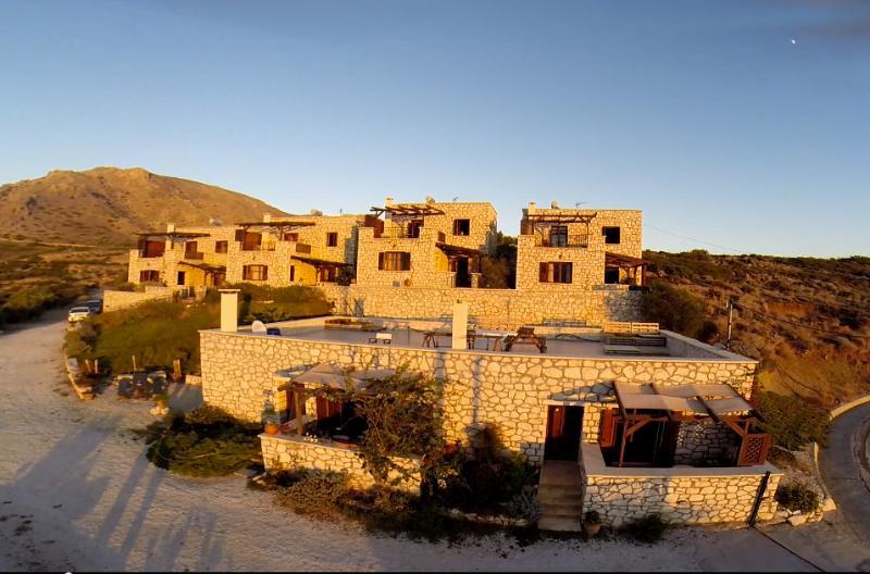 Ville du Soleil - rustic styled homes with seaview, an ideal relaxing escape, location de vacances à Makry-Gialos