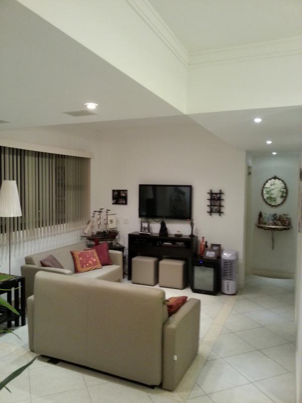 Apartamento decorado com móveis, eletro-eletrônicos, utensílios domésticos e muitas comodidades.