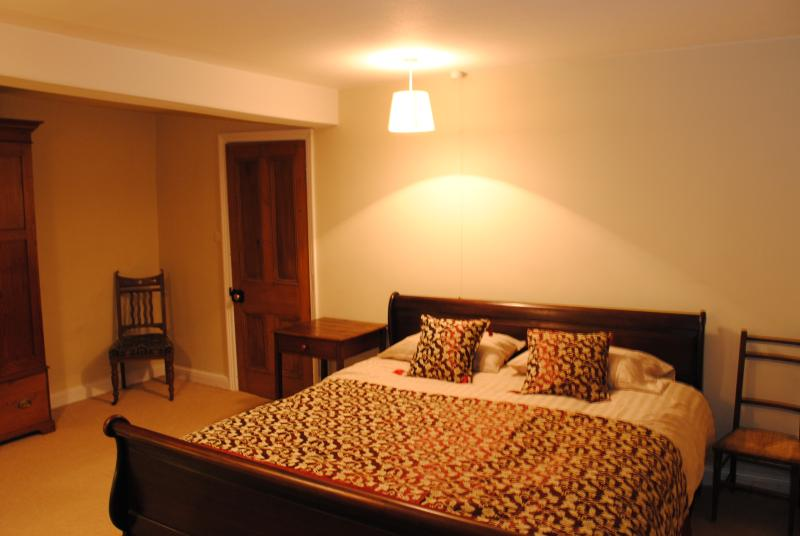 Super king size bed met badkamer naast de deur