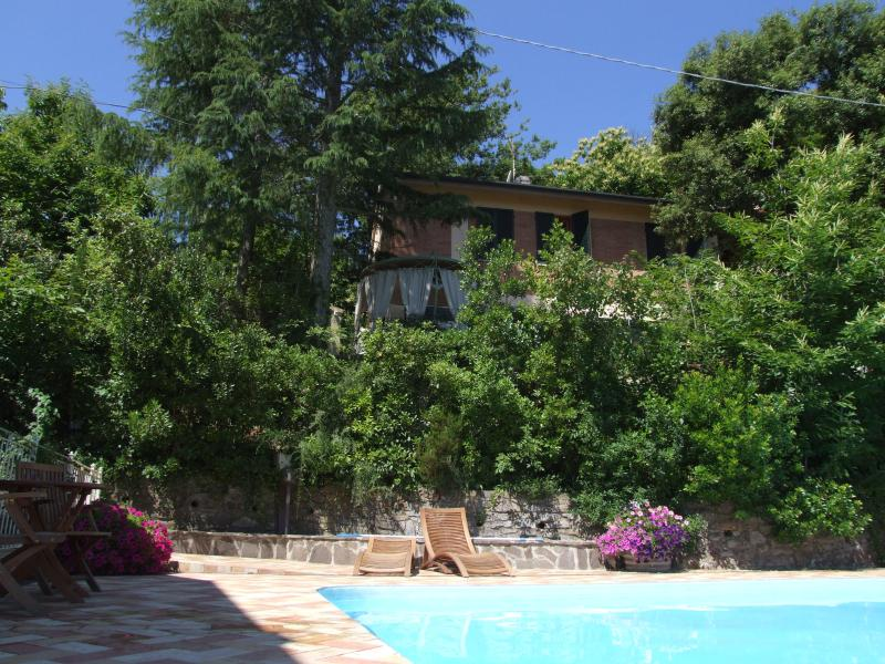 Apartment in a quiet location on the hills,Wi-Fi,Terrace,Pool,E,near the village, holiday rental in Sassetta