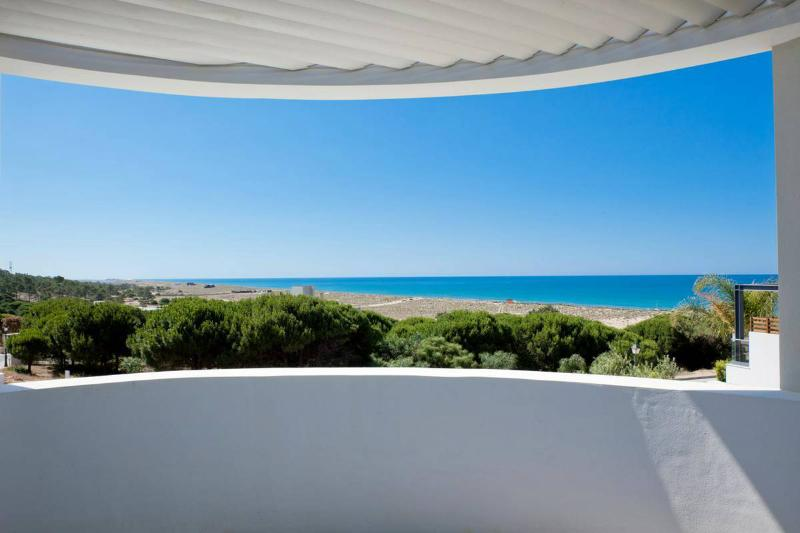 Vale do Garrao Villa Sleeps 8 with Pool Air Con and WiFi - 5480202, holiday rental in Vale do Garrao