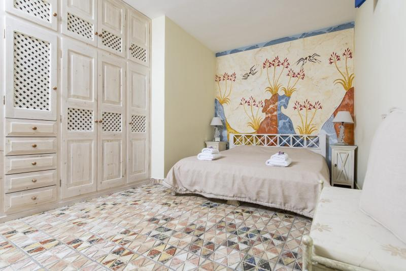 This bedroom is decorated with the Shallow wall-painting - King size bed (180X200).