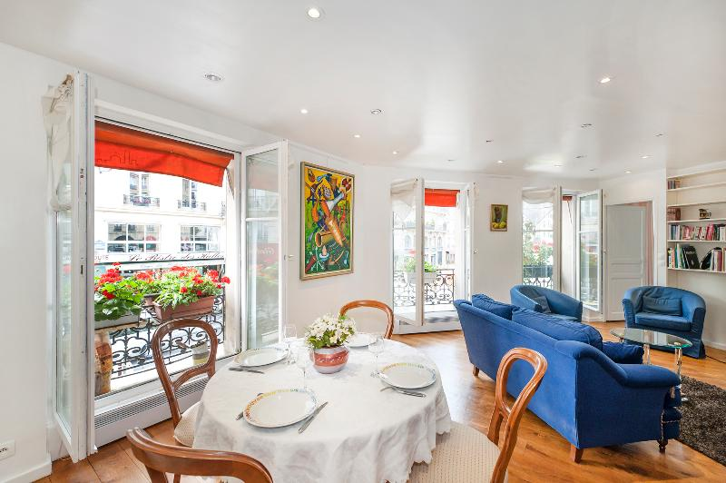Dining area and living room with view on the rue des Halles