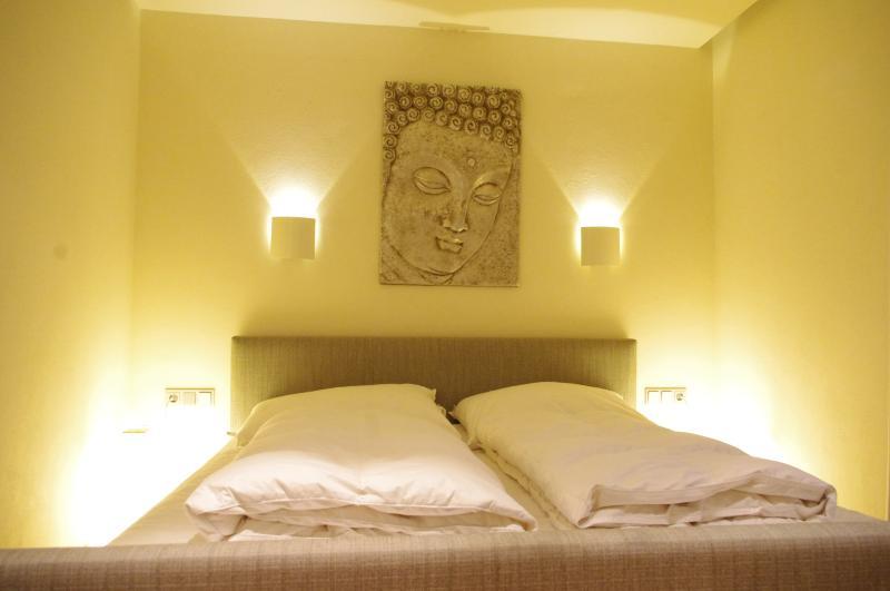 bedroom 1 - kingsize bed, single chair bed, TV, en suite bathroom