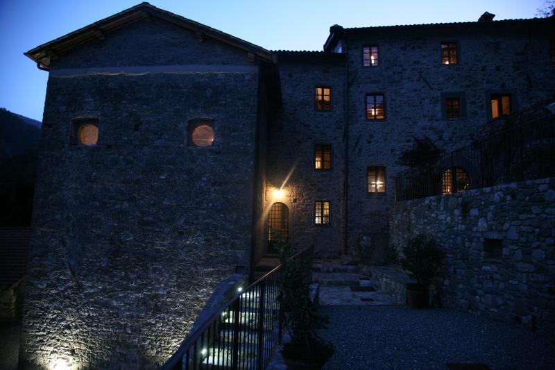 Magnificent Tuscan chateau in restored monestery, aluguéis de temporada em Cardoso