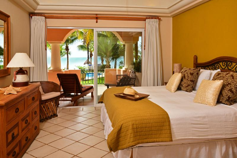 Master slaapkamer is Oceanfront met staking naar terras