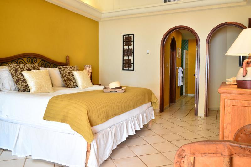 Grote slaapkamer met King bed en koepels plafond