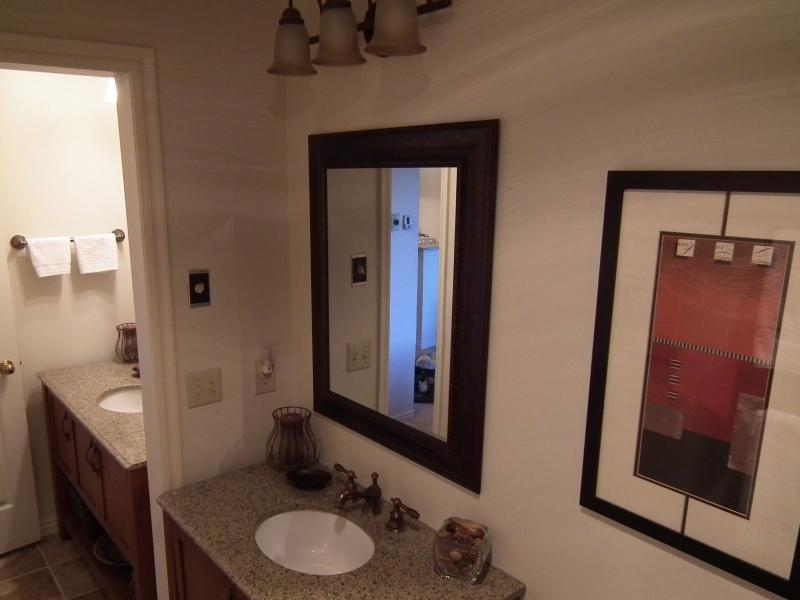 Son et ses vanités de salle de bain privée