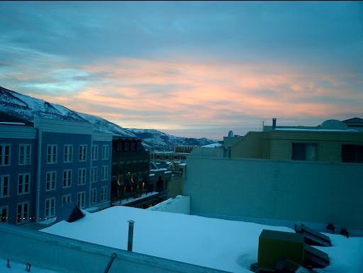 Por do sol vista da rua principal da varanda condomínio privado