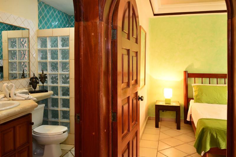 Gast slaapkamer heeft een badkamer gunstig gelegen